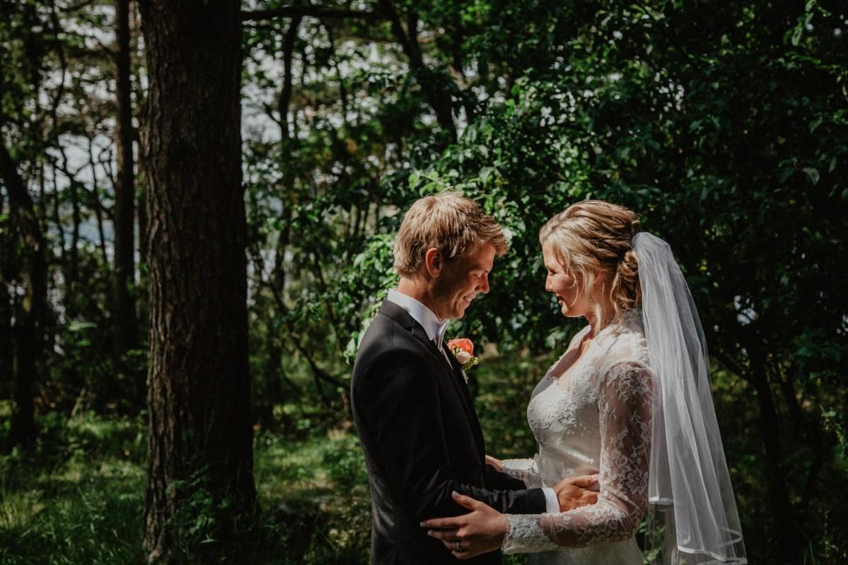 first look Jennie och davids bröllop i Kungsbacka bröllopsfotograf cattis Fletcher Cfoto Göteborg