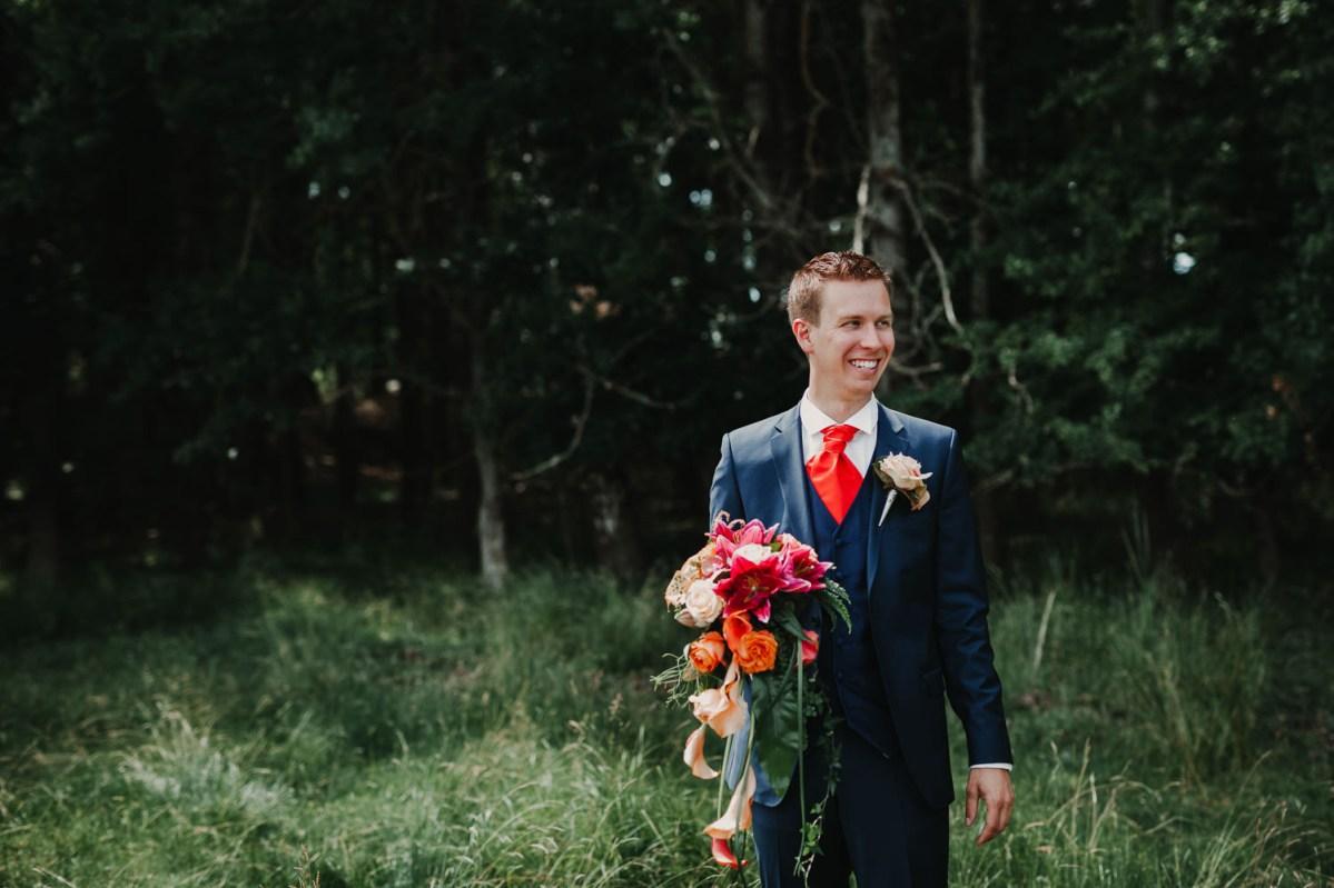 Färgglatt bröllop i Onsala bröllopsbukett brudgum kostym slips