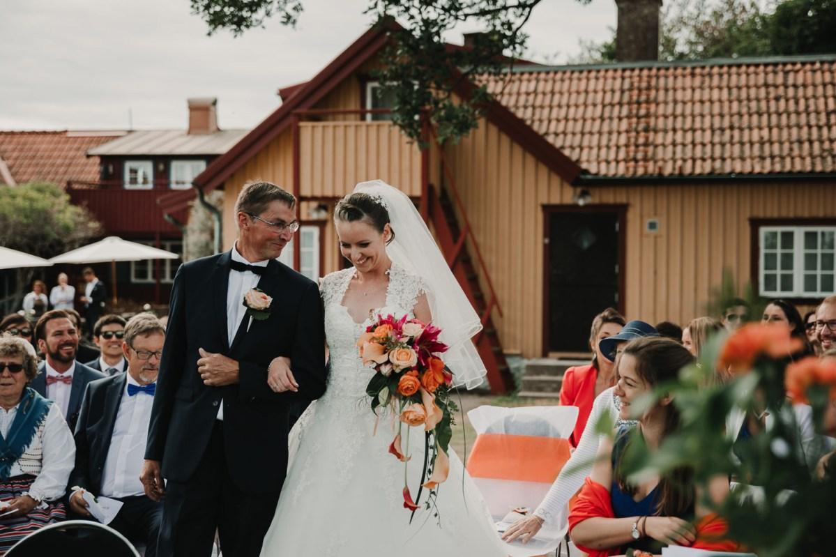 Vigsel Strandkullen Onsala färgglatt bröllop bröllopsfotograf Göteborg