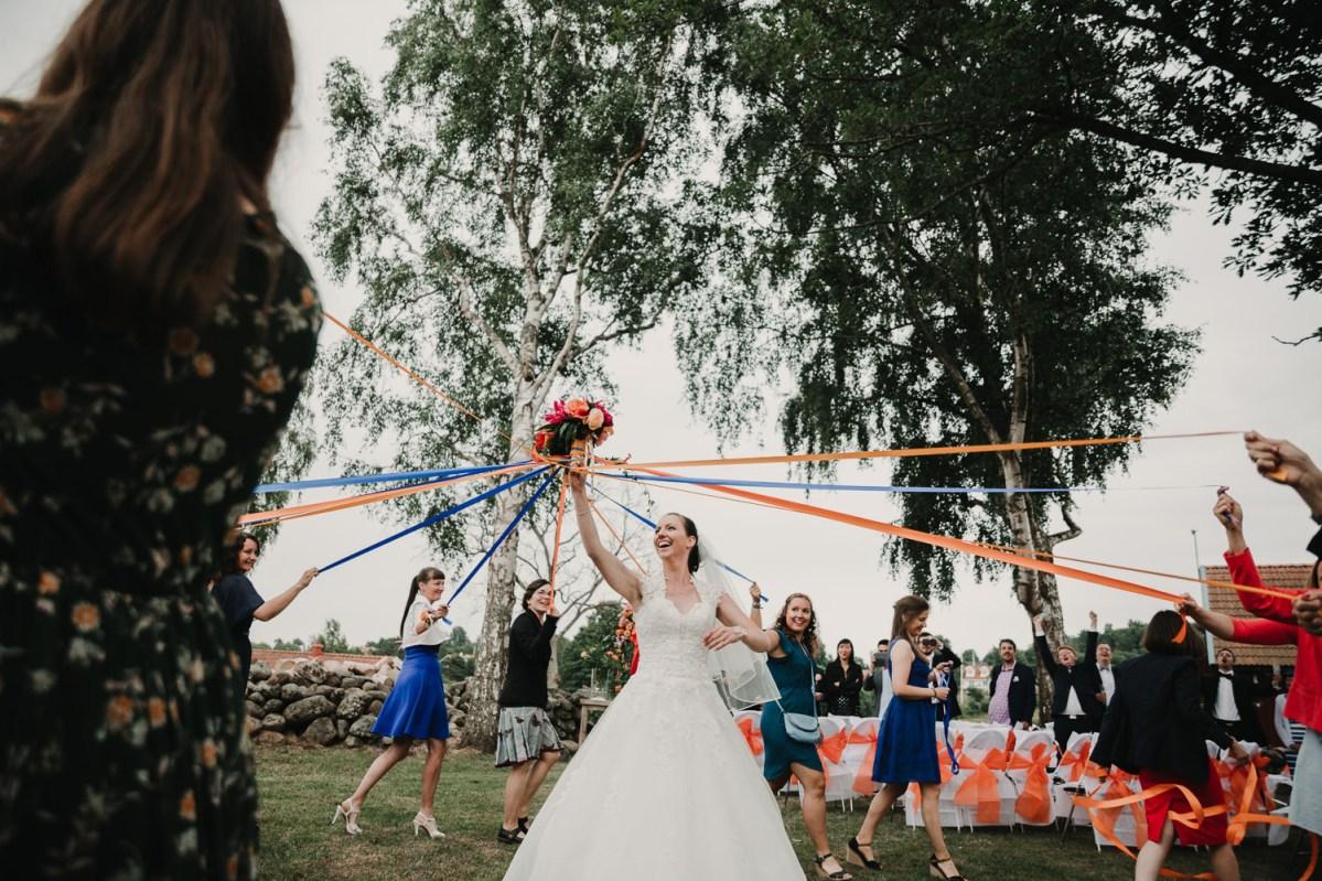 Vem får Brudbuketten Färglatt bröllop Strandkullen Bröllopsfotograf Göteborg