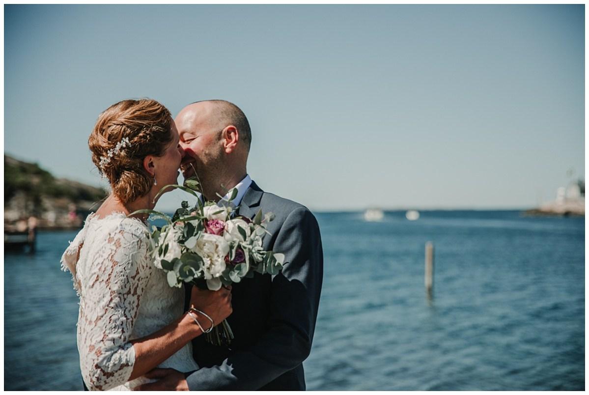 bröllopsfotograf Marstrand  vigsel kyss glädje wedding photographer ceremony kiss