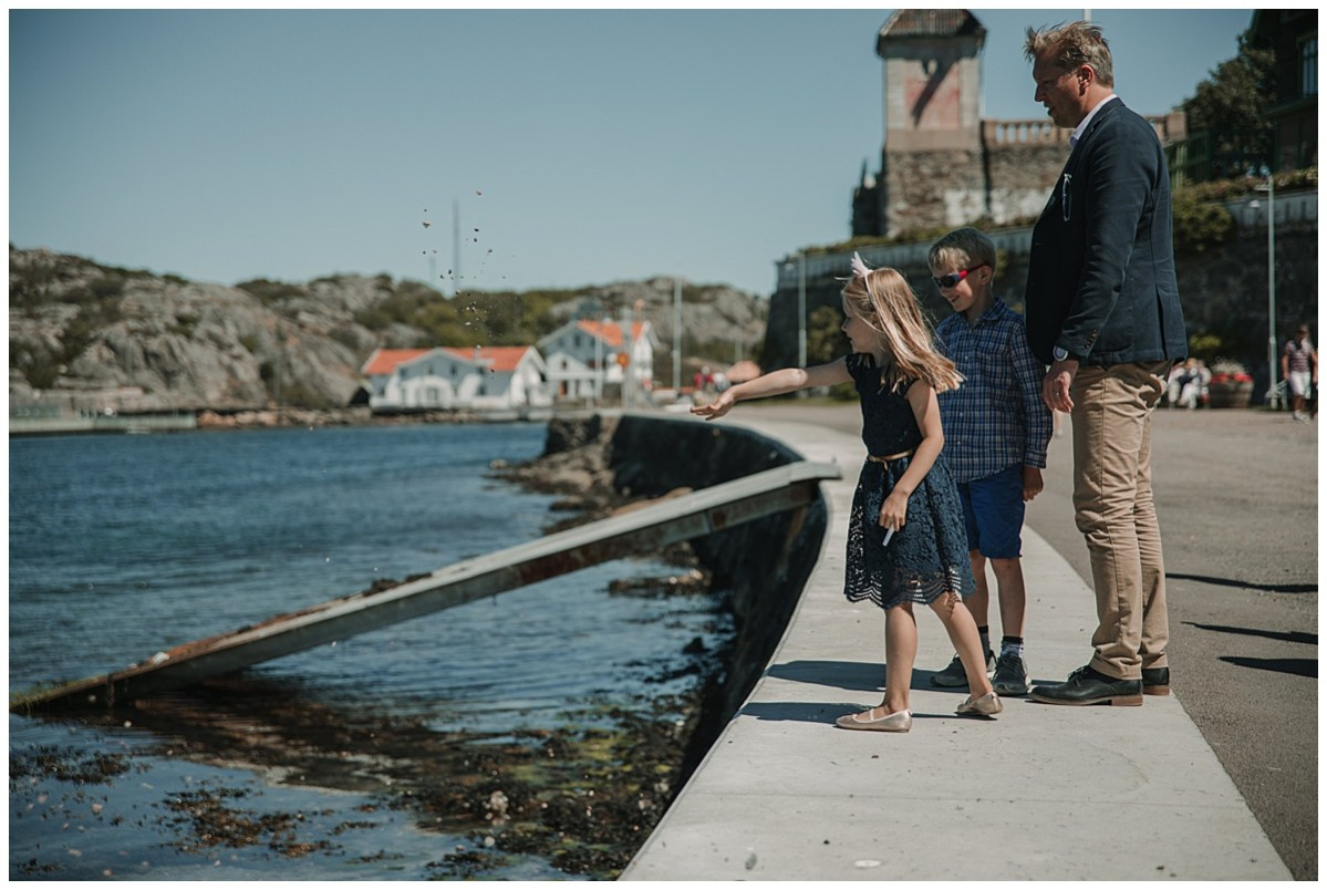 Bröllopsfotograf Marstrand kasta sten i havet wedding photographer throwing stones