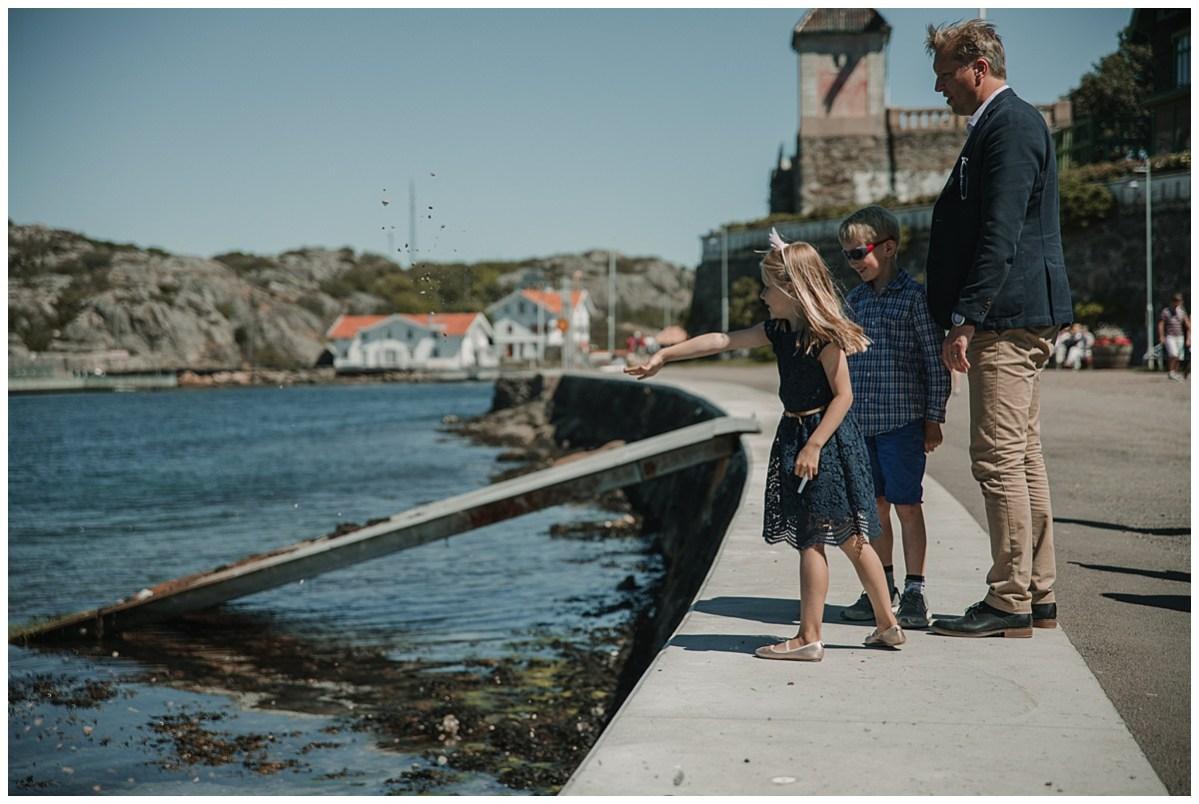 Bröllopsfotograf Marstrand kasta sten i havet wedding photographer throwing stones
