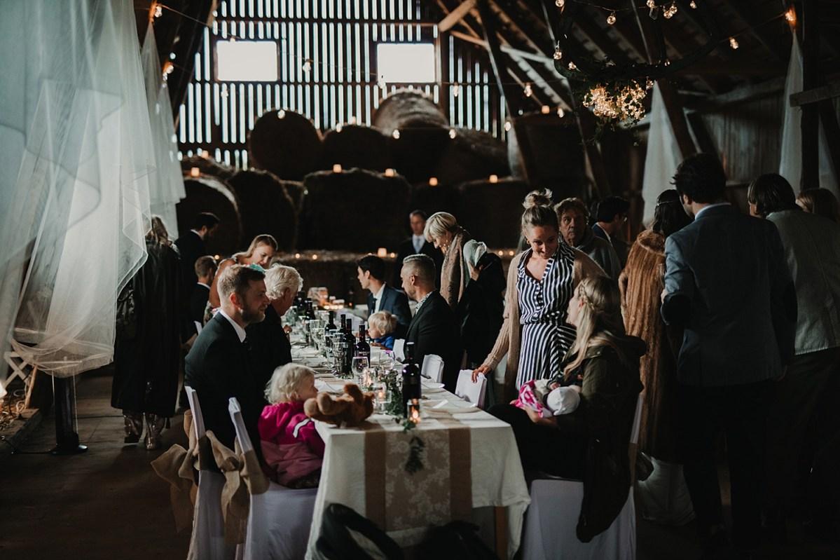 bohemiskt bröllop bröllopsfotograf västra götaland ladan festlokal diy wedding in the barn