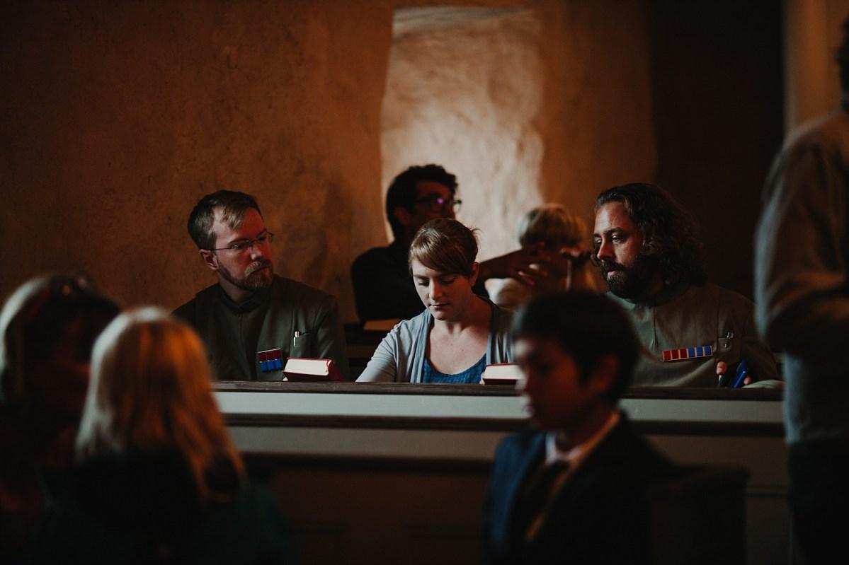 bohemiskt bröllop bröllopsfotograf västra götaland Mjäldrunga gästerna anländer i kyrkan wedding photographer Sweden guest arriving