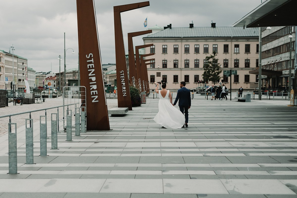 Bröllopsfotograf first look stenpiren wedding photographer sweden