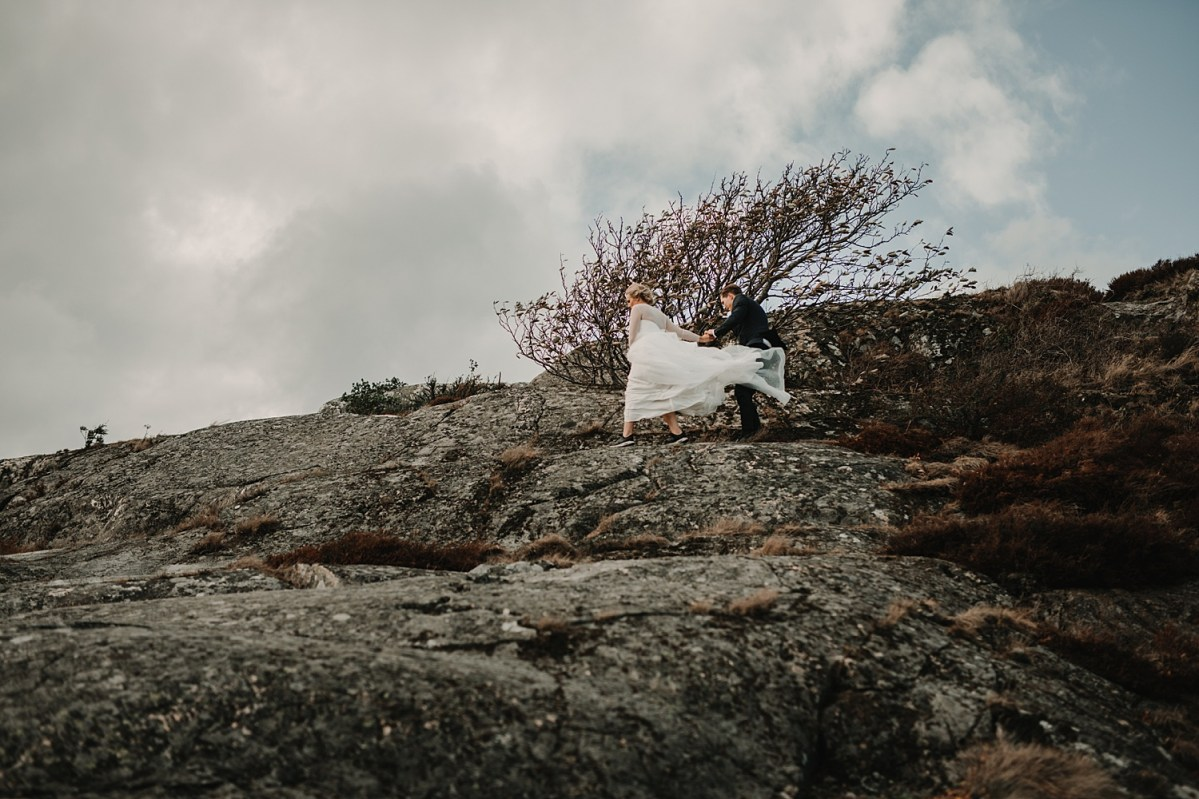 brollopsfotograf goteborg hjuvik wedding photographer Sweden stormy wedding portraits