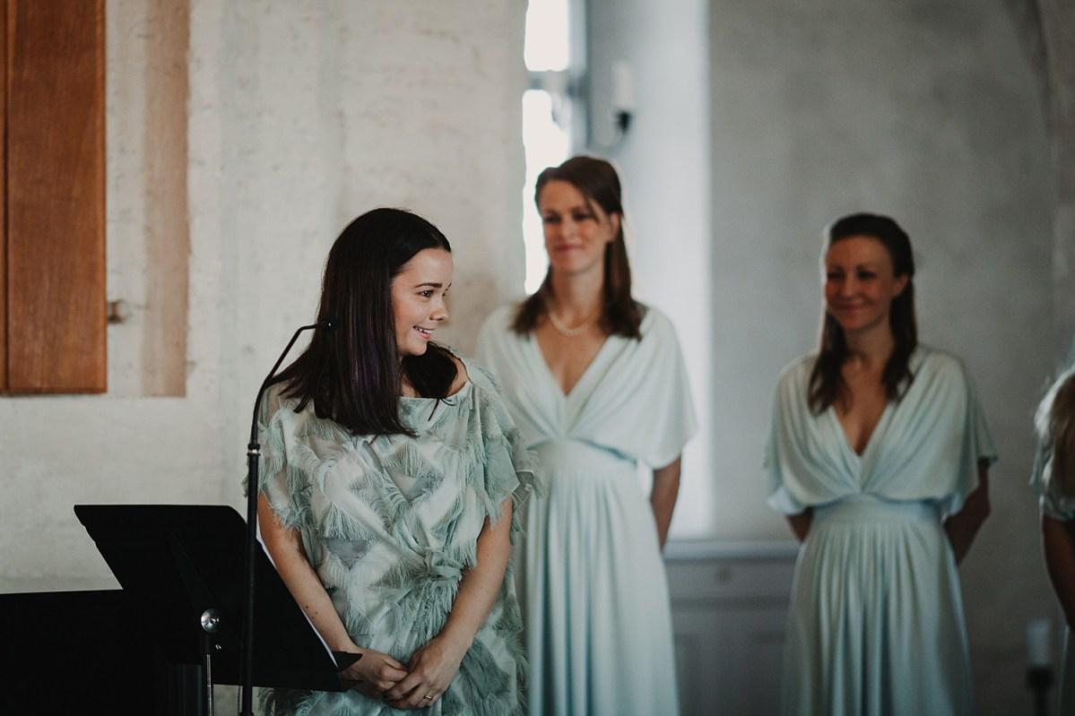 Vacker sång i Maria kyrkan Båstad Bröllopsfotograf wedding photographer Sweden Ceremony