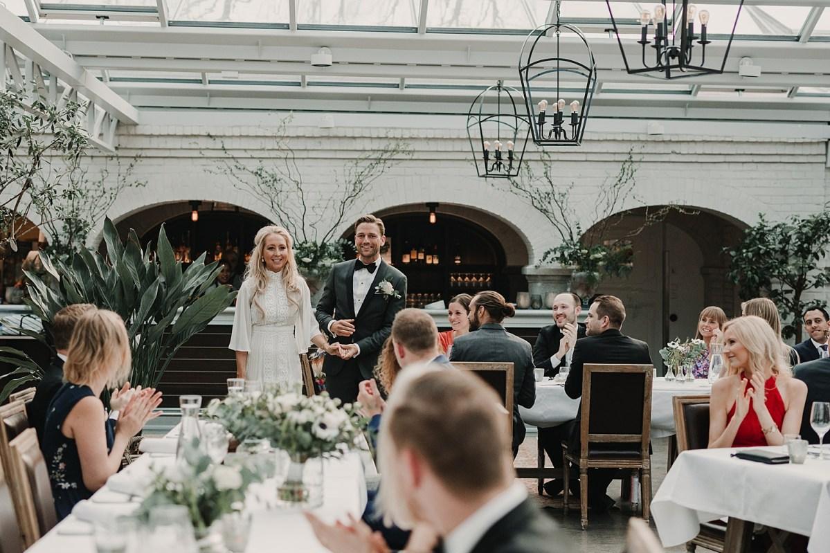 Brudparet anländer till middagen Norrvikens trädgårdar Wedding photographer Sweden Wedding by Norrviken dinner