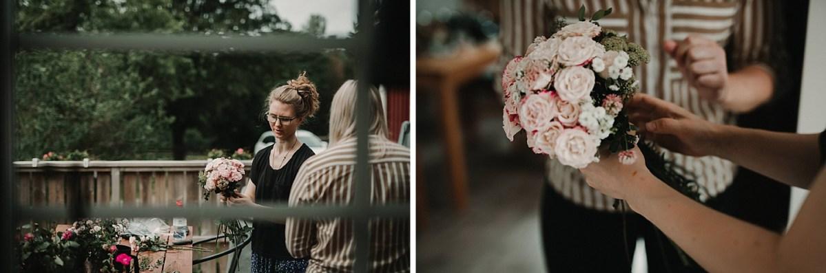 Systrar fixar brudbuketten Bröllopsfotograf DIY bröllop Särö