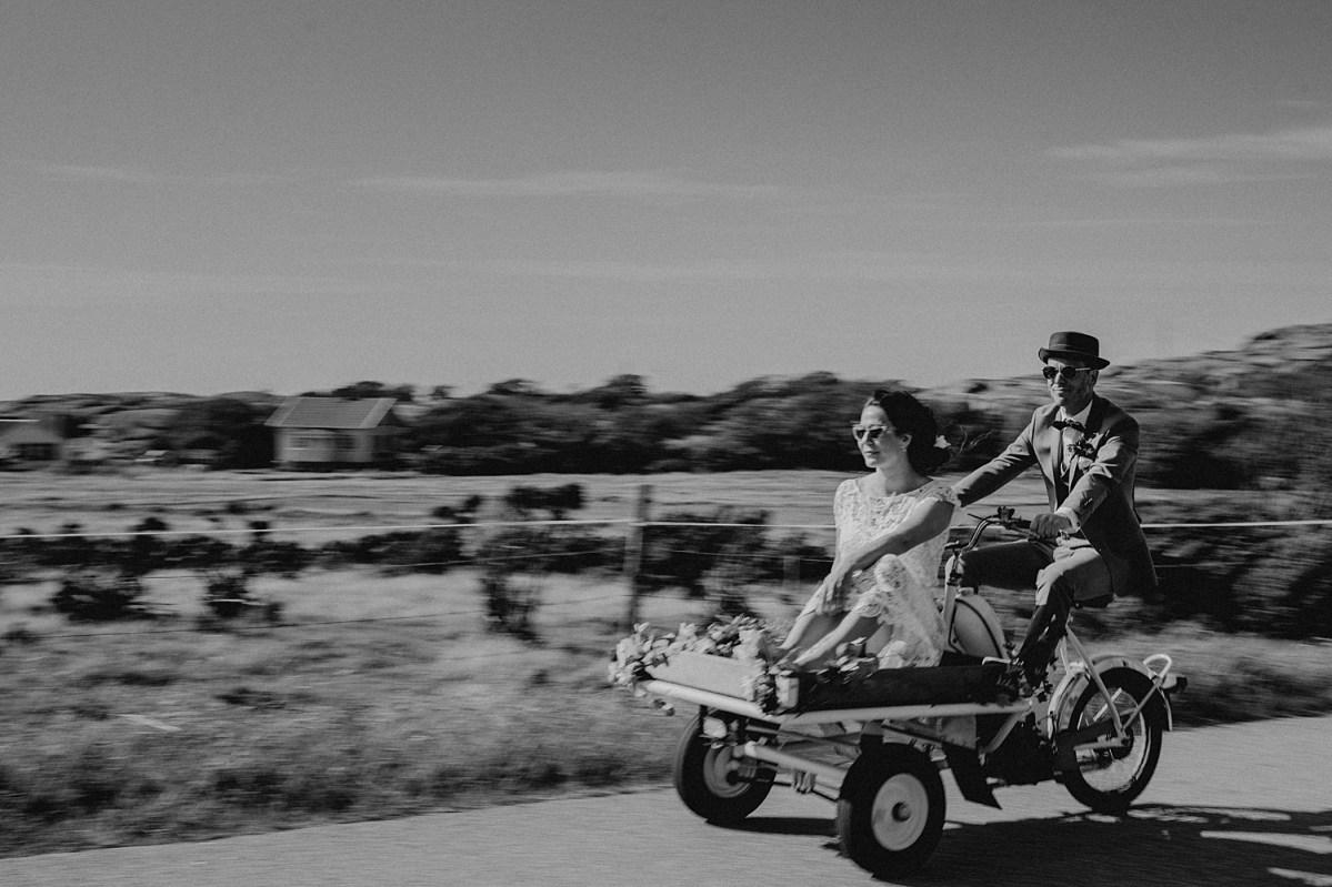 bröllopsfotograf hamburgsund coolaste brudparet på flakmoppen solglasögon