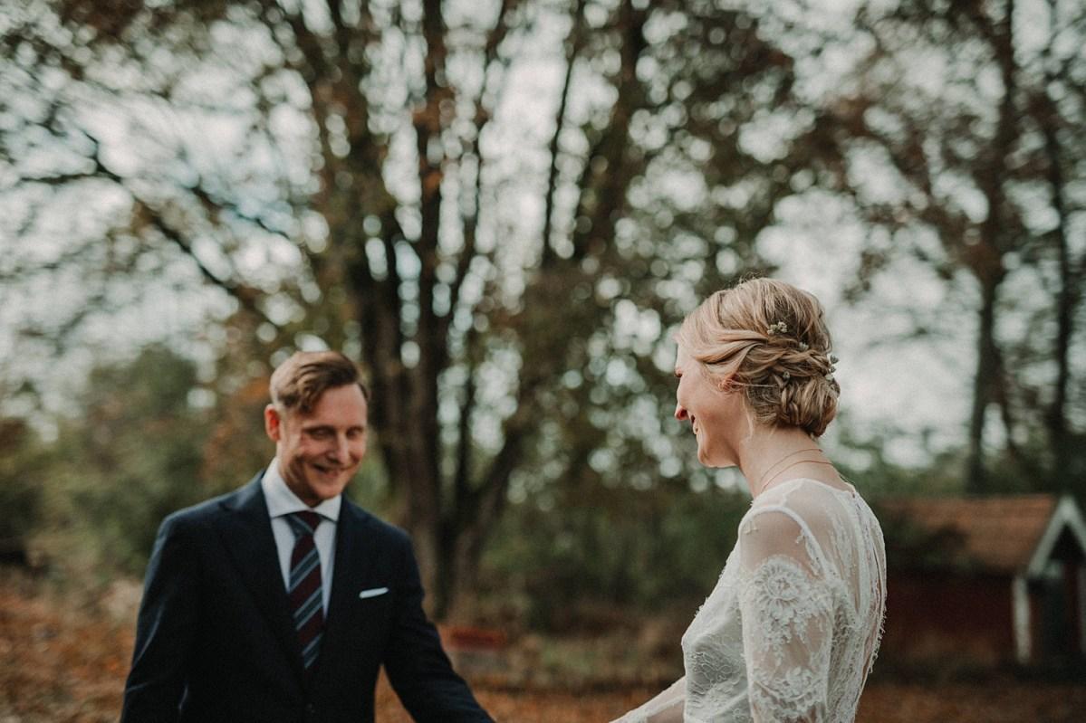 underbart höstbröllop bröllopsfotograf från Göteborg First look love wedding photographer Sweden