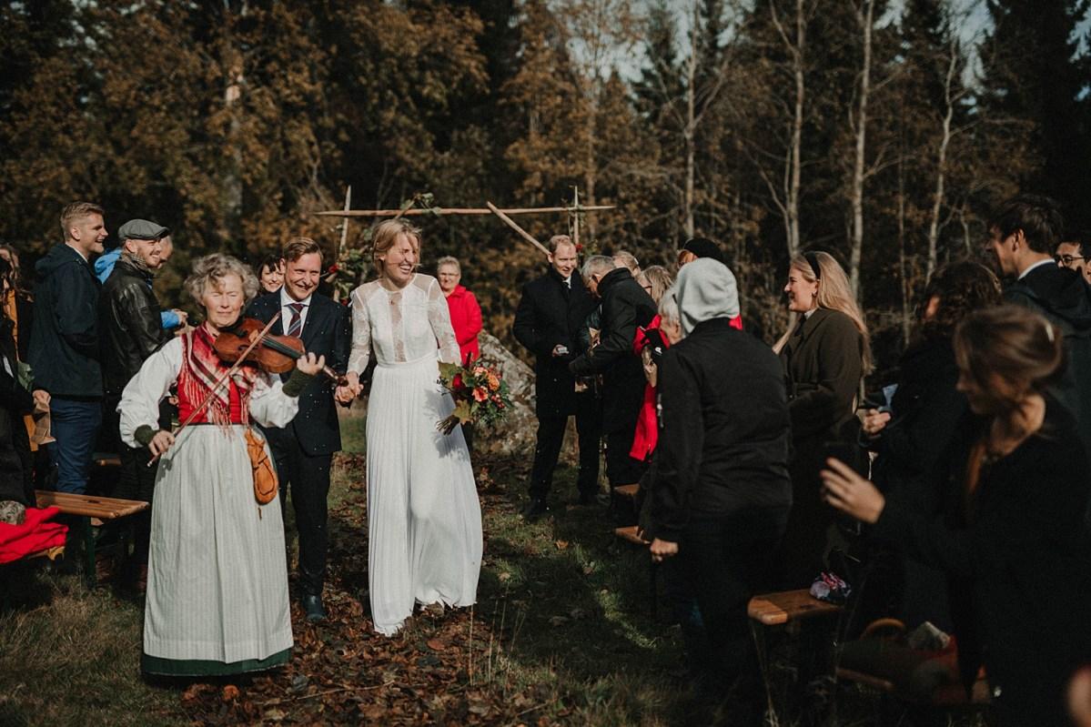 underbart avslappnat lantligt höstbröllop på glädje bröllopsfotograf outdoor wedding ceremony exit wedding photographer Sweden