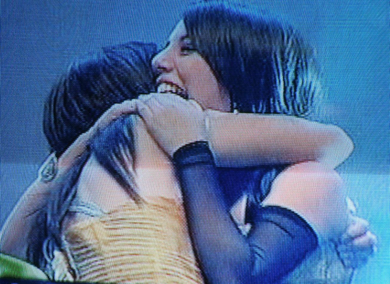 En un fuerte abrazo con Valeria, Fabiola manifiesta su felicidad luego de escuchar su nombre como la ganadora del segundo lugar.