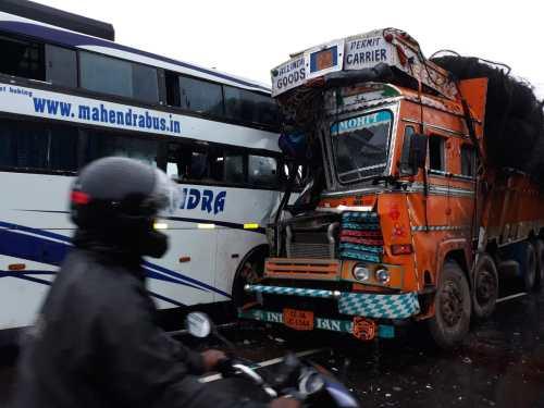 NH-30 पर जुगनी-बोरगांव के समीप बस-ट्रक आपस में भिड़े, बस में सवार लगभग 30 यात्री घायल