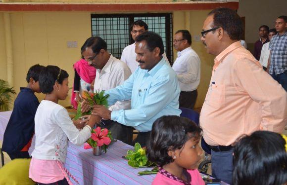 कमिश्नर अचानक पहुँचे नारायणपुर कन्या-स्कूल, बच्चियों से पूछे गणित-अंग्रेजी के सवाल, बच्चियों के लिए खेल सामग्रियाँ करायी उपलब्ध