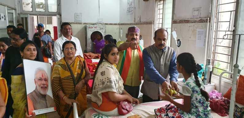 सेवा सप्ताह के अंतर्गत 'भारतीय जनता पार्टी' द्वारा किया गया महारानी अस्पताल में मरीजों को फल वितरण