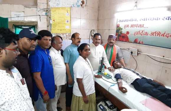सेवा सप्ताह के अंतर्गत रक्तदान शिविर में शामिल हुए भाजपा प्रदेश अध्यक्ष – विक्रम उसेण्डी