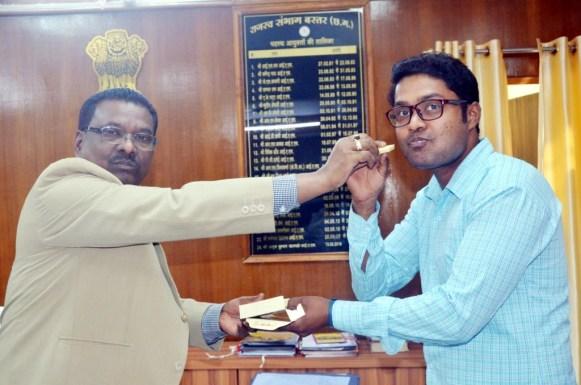 पीएससी में बस्तर के टाॅपर श्रीकांत कोराम ने कमिश्नर से की मुलाकात, कमिश्नर ने दी बधाई