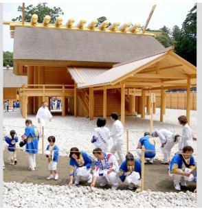 Oshirashi-Mochi-Gyoji at Naiku. Image Courtesy: The Asahi Shimbun