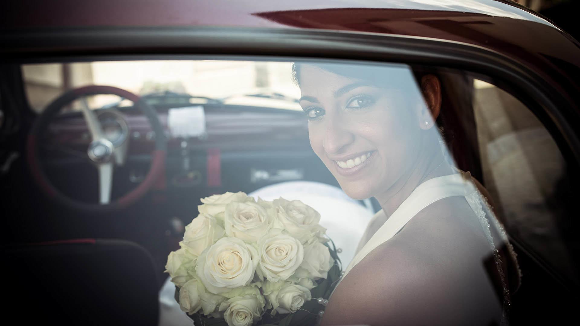 Braut durch die Heckscheibe