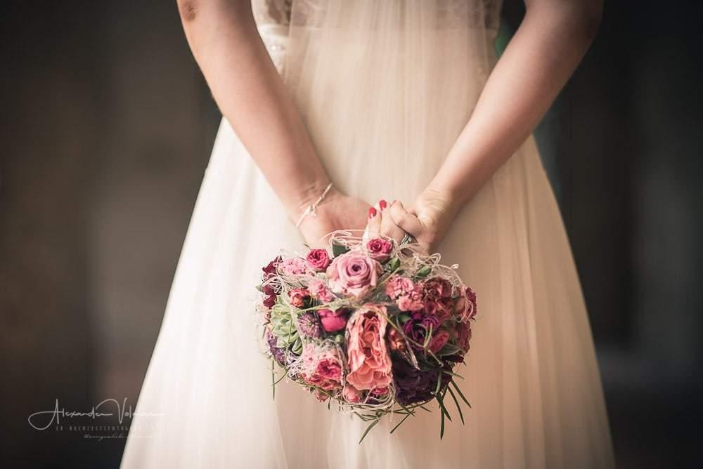 Blumenstrauss während dem Fotoshooting Hochzeitsfotograf