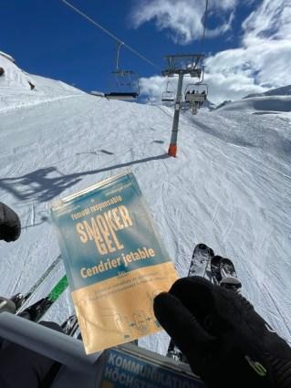 Collecteur de mégots pratique au ski et sur un télésiège