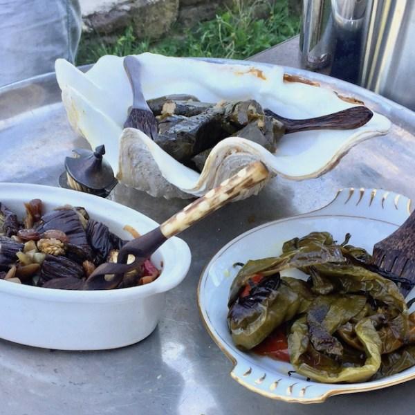 feuilles de vignes farcies, aubergines à ma façon & pimientos grillés