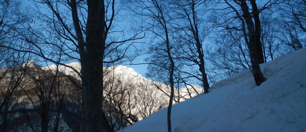 朝日に輝く谷川岳