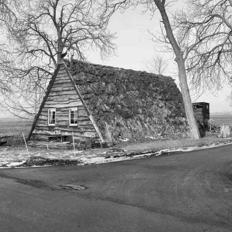 foto em preto e branco de chalé antigo