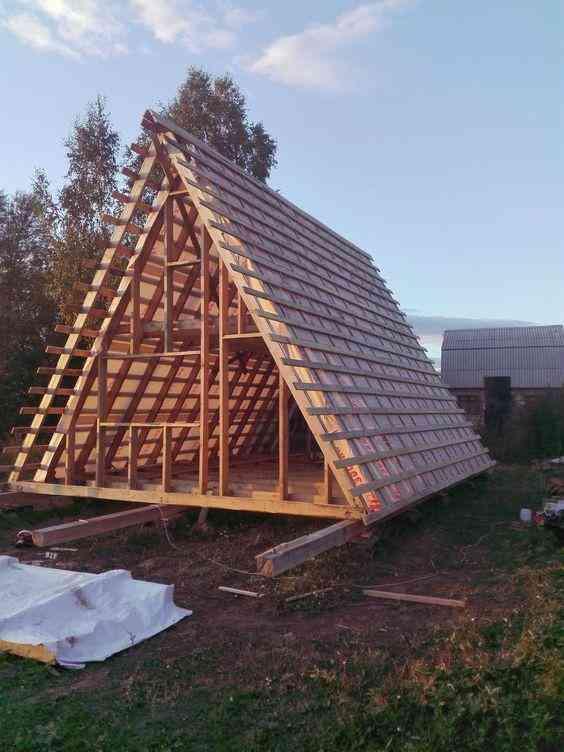 chalé em processo de construção com estrutura de madeira exposta