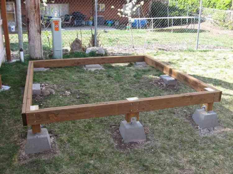 foto de fundação do chalé de madeira em construção