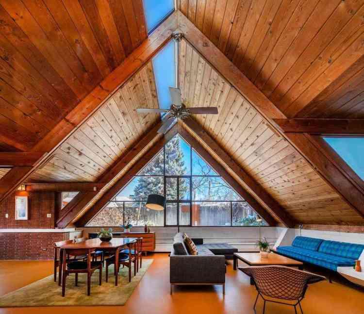 interior amplo com vão aberto, muita madeira e muitas entradas para luz natural (inclusive no teto).