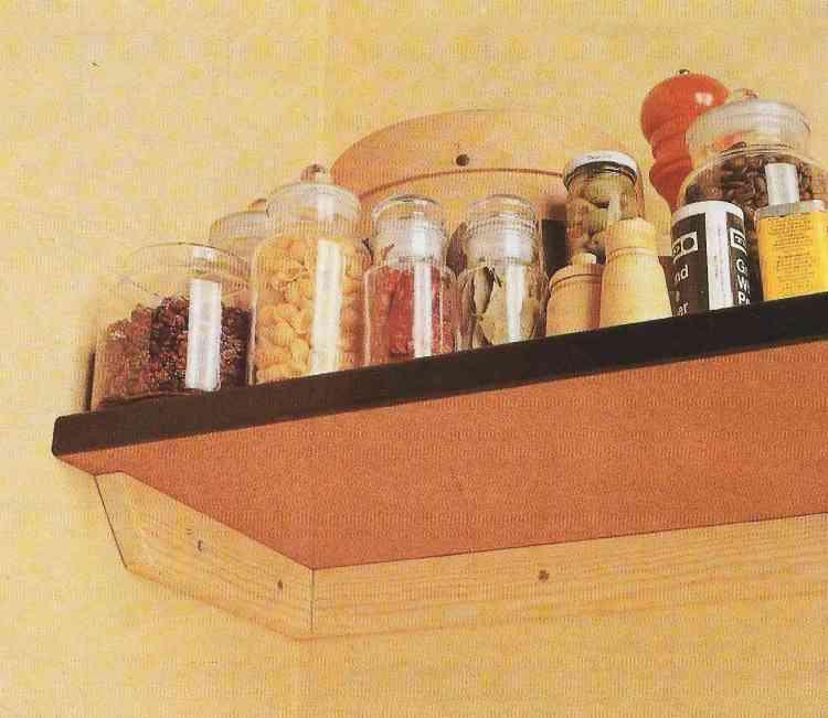 foto de instalação de prateleiras com condimentos de cozinha