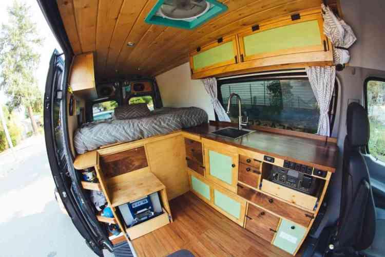 foto de um interior de uma van adaptada como Tiny House