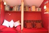 Bibliothèque pour tout âge, coffre à jouets Books for all ages and a chest of games