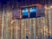 Le bardage du chalet est du Mélèze, un bois de choix en terme d'imperméabilité, de pérennité et d'esthétique, car même laissés au naturel, les bardeaux se teinteront avec le temps d'une couleur grise argentée.