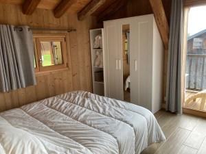 Chambre du 1° avec balcon, salle de bains, WC