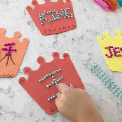 Jesus Is King: Crown Craft & Coloring Pages {Trilingual}