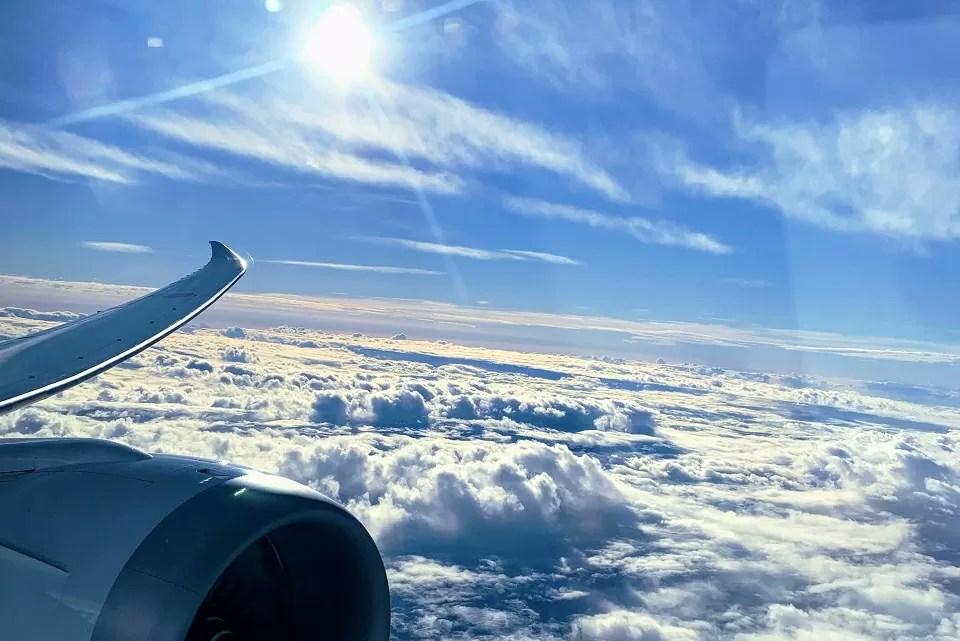飛行機の座席の窓から見えた青空