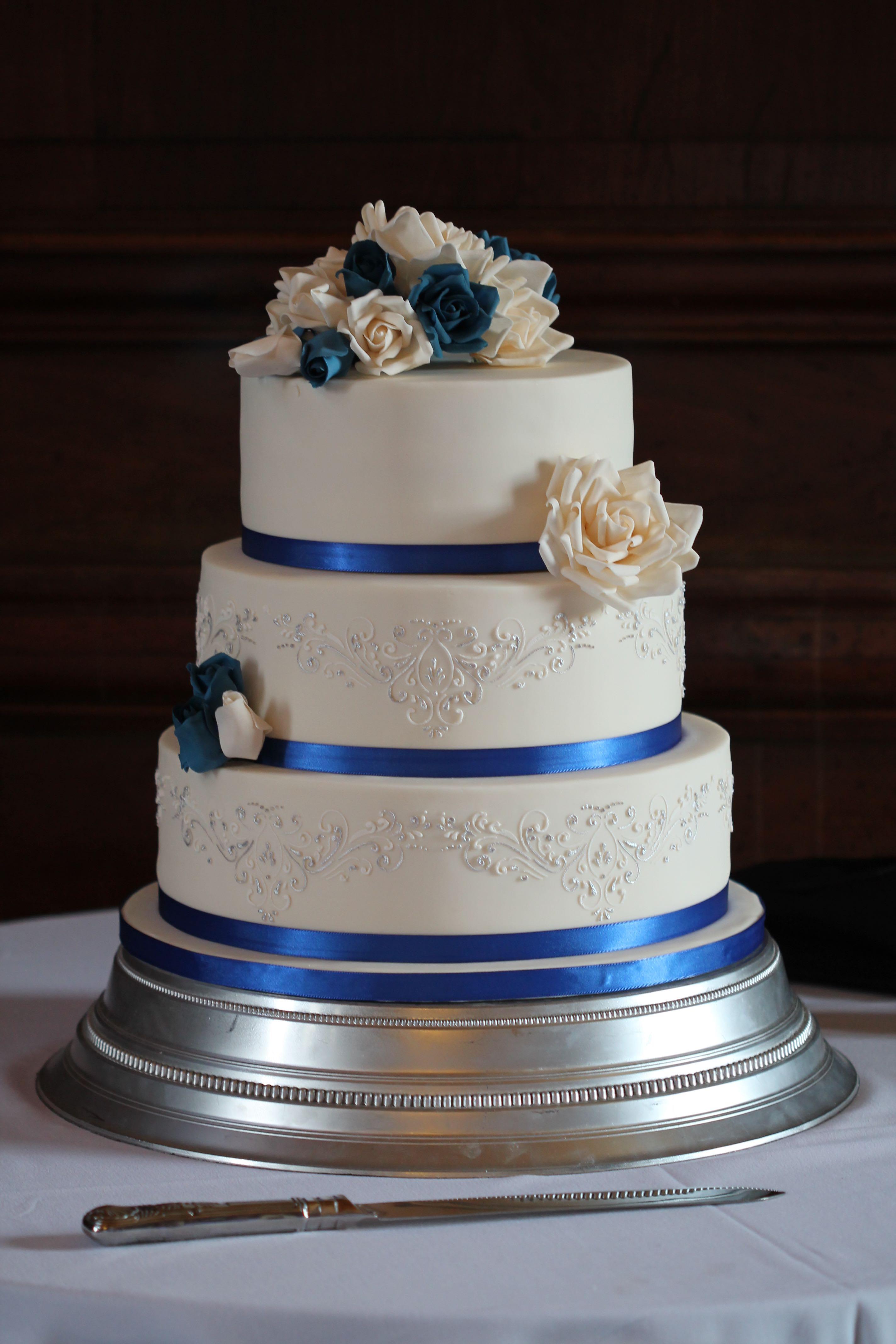 Royal Blue Amp Silver Rose Wedding Cake Chalming Cake Designs