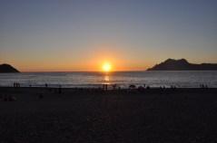 le soleil se couche sur la plage