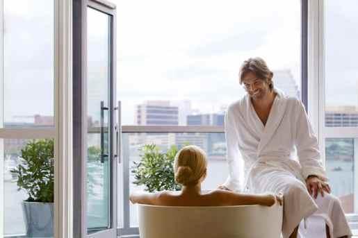 chambre avec jacuzzi couple qui profite du spa
