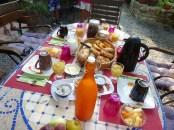 petit déjeuner pour quatre dans le jardin