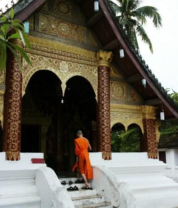Chiều muộn ở Wat Sibounheuang - A monk rushing for evening prayer session at Wat Sibounheuang.