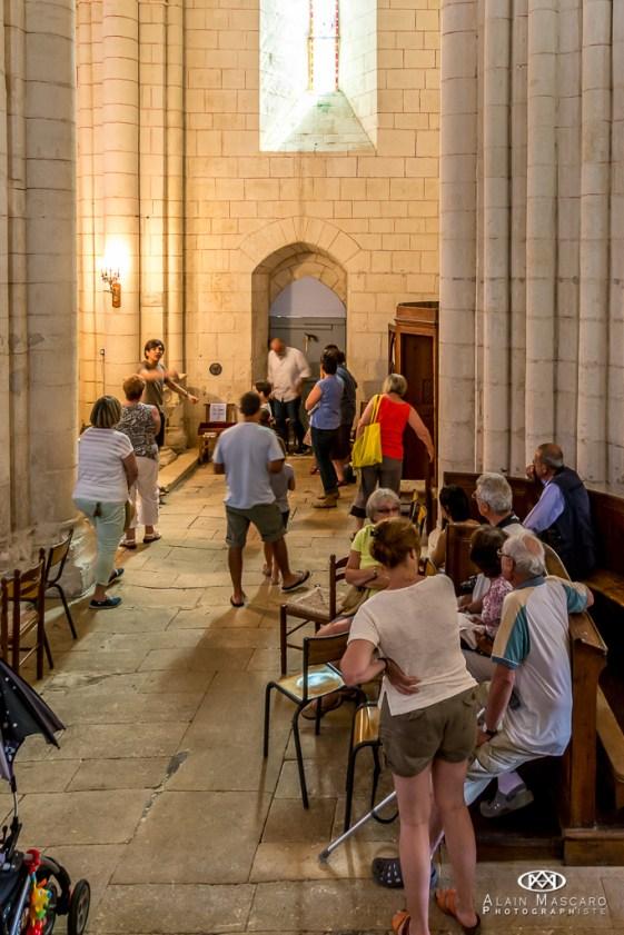 Chantons dans l'église.