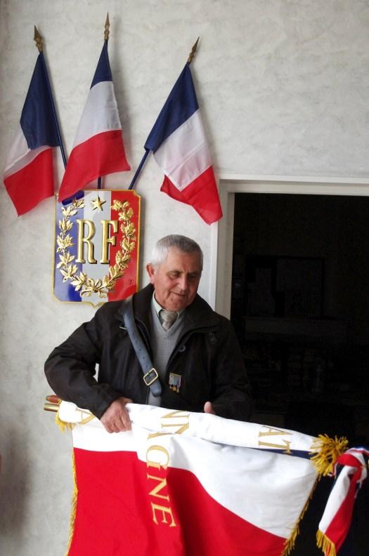 Jean Michaud, porte-drapeau de la commune, se prépare à la Mairie.