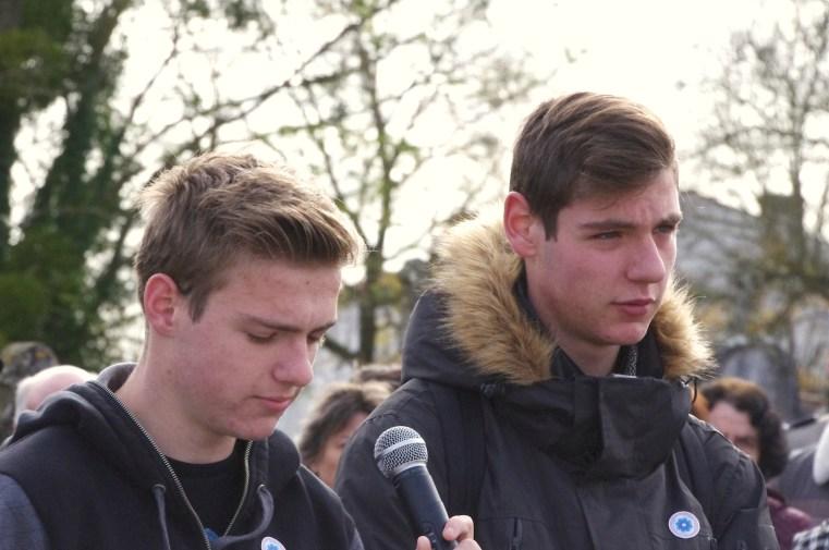 Bastien et Thibault Rocourt représentent la jeunesse de Champagne. Bastien énumère les noms des Champagnais qui ne sont pas revenus des champs de bataille. Thibault lui répond : «Mort pour la France».