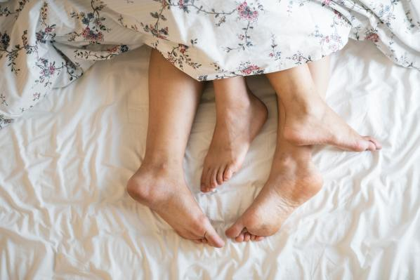 adults-barefoot-bed-1246960.jpg