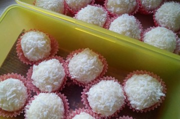 Hawaiian Cream Cheese Balls With Ginger and Coconut